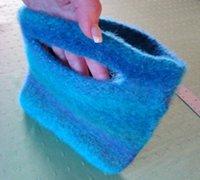 羊毛纱线编织的手提袋变身毛茸茸的时尚包包