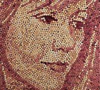 用红酒瓶盖拼贴的人物头像画 软木塞创意拼贴画