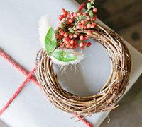 简单、质朴的花环礼物包装