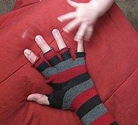 教你将旧袜子改造成温暖实用的无指手套