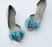 将你的高跟凉鞋用丝巾或丝带diy一个漂亮的蝴蝶结
