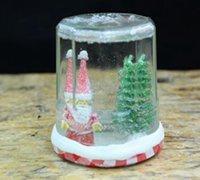 罐头瓶、圣诞老人和圣诞树组成的圣诞摆件