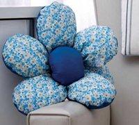 美丽的六瓣花朵布艺沙发靠垫手工制作教程