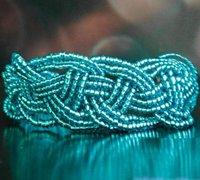 清新的米珠串编手镯 串珠手镯编织