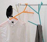 形状怪异的创意趣味衣架设计作品