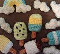 毛线钩针编织婴儿床上的装饰挂铃