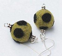 羊毛毡小球做成的新奇饰品小物