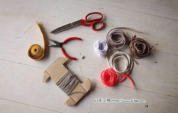感觉已经有很长一段时间没有为大家分享漂亮的绳编手工了,好在,今天63diy为大家搜罗到了一个项链挂饰的编绳教程,有点个性张扬的欧美风的风格,应该是喜欢欧风街拍味道的女生比较感兴趣的类型。 在绳子的选择上,最好是这种纹理比明显的彩色绳子,这样编织出的效果更粗矿一些。另处你还需要准备一根金属链子,再就是还要一把尖嘴钳。具体的编织方法与步骤,下面的图片中表达得还是比较清晰的,大家对照着图片一步步的编织下来,细心一些,就可以得到这款美观精致的项链了,而且用它来作为挂饰悬挂在房间中也是不错的哦。