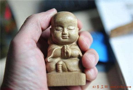 用木头雕刻的一个小和尚