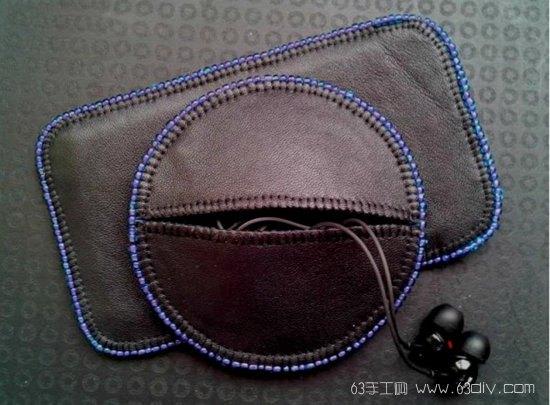 材料:不织布、PU皮革或旧皮衣、耳机、圆规或圆形容器、铅笔、纸、剪刀、米珠、强力胶、高强度螺纹线、手缝针。 1、制作定收纳袋大小的模板,将耳机缠绕好:  2、缠绕好的耳机,可放置在圆形容器上看圆形大小是否合适:  3、使用圆形容器在纸上画出收纳袋的圆形模板:  4、画出两个同样大小的圆形,另一个圆形对称切开,分成2个半圆:  5、按纸样剪出1块圆形皮革和2个半圆皮革,皮革织正面朝上放置在不织布上,尽量排列紧密些,不浪费不织布材料:  6、将皮革背面涂上强力胶粘贴在不织布上:  7、沿皮革剪去多余的不织布