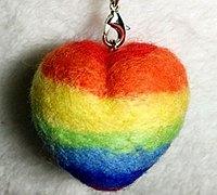 用羊毛毡做一颗彩虹心挂件