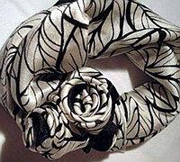用丝巾做玫瑰花 丝巾系成玫瑰花型的方法