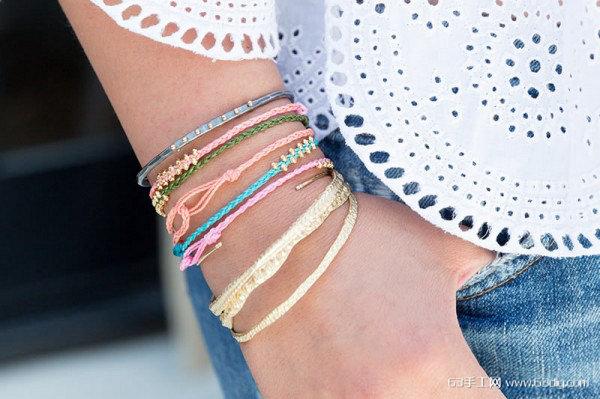 随着转运珠的流行,稍加留意大街上不论男女总会有手上佩戴纯金转运珠的人,大多使用大红色的编织绳编成戒指或手链佩戴着,也有作为项链坠饰的,但在长时间佩戴后,手工编织转运珠的编织绳会颜色暗淡、甚至磨损断裂,以防在断裂后丢失心爱的转运珠,不如在编绳老旧时就自己动手按下方的手工编织方法重新编串。  材料:1.