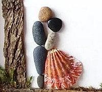 鹅卵石拼贴的情侣小人 演绎浪漫爱情场景