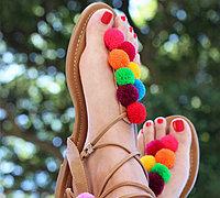 旧凉鞋+彩色绒球改造出时尚的潮品凉鞋