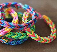 如何用彩色橡皮筋编织创意鱼尾手链