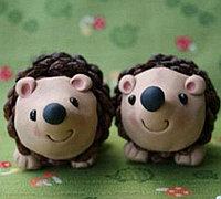 松果结合粘土DIY可爱的小刺猬玩偶