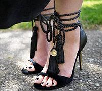 黑色细高跟凉鞋翻新 变身性感流苏绑带凉鞋