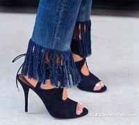 旧牛仔裤改造变身时尚的流苏裤脚牛仔裤
