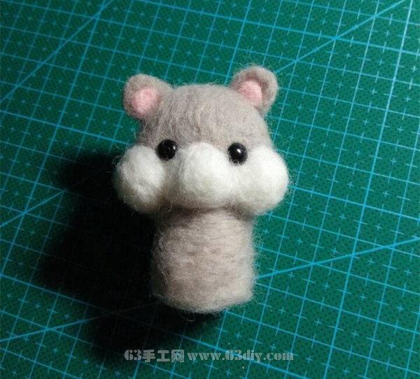 仓鼠是一种样子非常可爱的小动物,很招人喜欢,很多人都将仓鼠作为宠物养在家里。今天我们的手工教程就是用羊毛戳出一只逼真小仓鼠,而且还是一只正在吃瓜子的小仓鼠哦!那萌萌的样子,让人禁不住的想把它捧在手心里。下面一起来学习这个羊毛毡小仓鼠的制作方法吧。  材料:羊毛条白,黑,灰,粉,棕各一条、塑料眼睛一对、戳针不同型号三只、塑料泡沫板一块。  1、先用白毛戳个球再裹上一层灰毛覆盖~  2、戳耳朵~  3、戳腮帮子,装眼睛~  4、戳身子~  5、戳腿,嘴等,不断调整,跟着感觉走,灵魂戳手~~  6、再加上个小