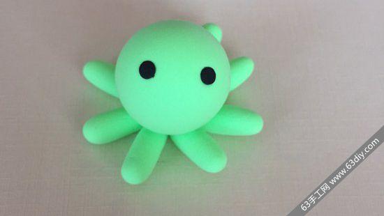 小小的八爪鱼粘土玩偶,制作起来非常简单,样子十分萌萌哒,一看就让人欢喜哦!绝对是个非常不错的儿童手工。下面是这个可爱的小八爪鱼玩偶的粘土制作方法,小朋友们一起来学习吧! 材料:超轻粘土绿色、黑色、橙色、粘土三件套