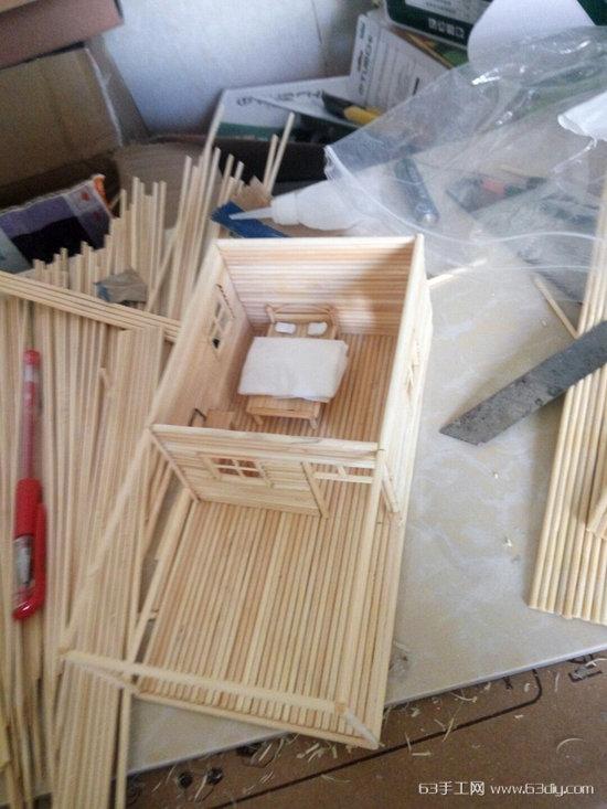 没什么技术性,就是将冰棍棒用竹签来替代了,并且在样式上作出了些改进,从而做出了图片中的这个竹签小房子,感觉不错,美美哒!在这里将制作的步骤为亲们分享出来,给大家一个参考。 材料:竹签、502、刀片、竹签。