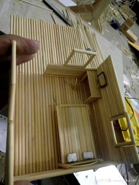 平时在网上喜欢看一些达人们制作的手工作品,无意中发现的那些竹签工艺品,感觉十分漂亮,所以也想自己下手尝试一下。开始时没有个方向不知道怎么下手,直到看到有达人用冰棍棒制作的小房子后才得到了启发。 没什么技术性,就是将冰棍棒用竹签来替代了,并且在样式上作出了些改进,从而做出了图片中的这个竹签小房子,感觉不错,美美哒!在这里将制作的步骤为亲们分享出来,给大家一个参考。 材料:竹签、502、刀片、竹签。