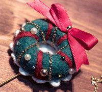 羊毛毡圣诞花环胸针制作方法