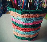 皱纹纸和铁丝制作彩色编织笔筒
