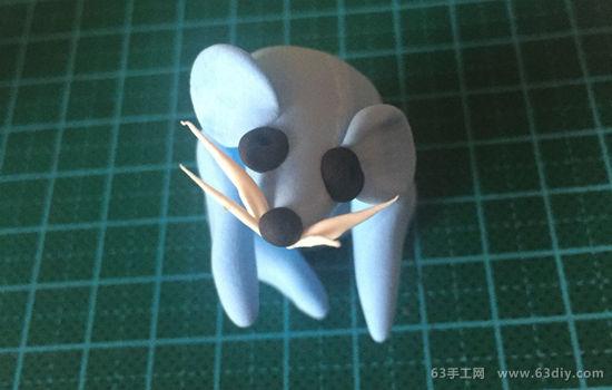虽然现实中的老鼠很是令人厌憎和害怕,但是在我们的粘土玩偶手工制作中,老鼠却是一个可爱的小家伙。今天的粘土教程我们就来制作一只样子又萌又可爱的老鼠玩偶,快准备好超轻粘土来DIY试试吧~~~简单又可爱的小老鼠粘土制作教程,分享给大家了。