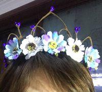藤条和仿真花编一个美丽的皇冠花环