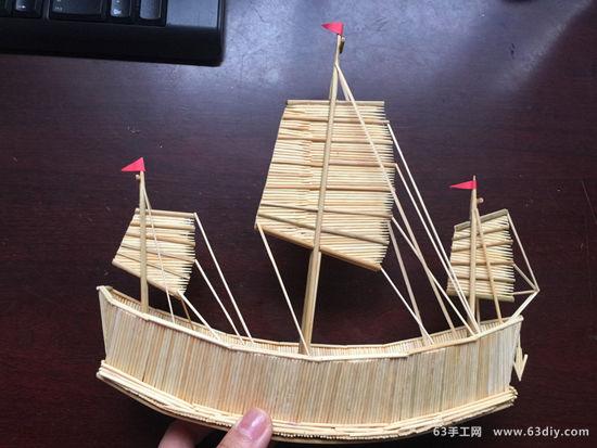 还记得年少时,曾经玩过一款很火爆的游戏《大航海时代》,在游戏里主角就是乘着一艘帆船乘风破浪,在大海上漂泊的,也就是这款游戏给了小编一个帆船情结,所以这次就用牙签做了一只帆船出来,样子还算是精巧,也不是太复杂,就是非常考验耐心,只要耐心足够,你也可以尝试一下。下面是牙签制作帆船的图解步骤,有兴趣的就来学习一下吧!! 材料:牙签2000根、竹签20根、美工刀、剪子、502、白胶。  1、两根竹签用火烤弯曲成船底形状,两边用铁丝固定(后面粘好船底晾干后,剪掉竹签两头多余部分,用502粘好)。  2、用白胶从中