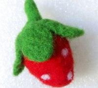 丑萌的羊毛毡草莓戳法步骤