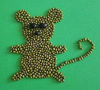 可爱的小老鼠豆子粘贴画