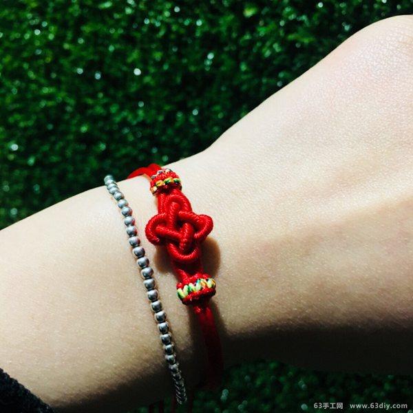 今天的 中国结手工小编为大家带来的是一款桂花结手绳,搭配上平结线圈